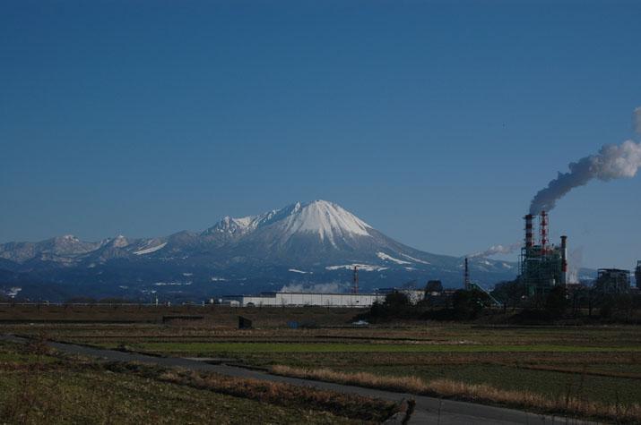 090128_青空大山と王子製紙 米子市上福原.jpg