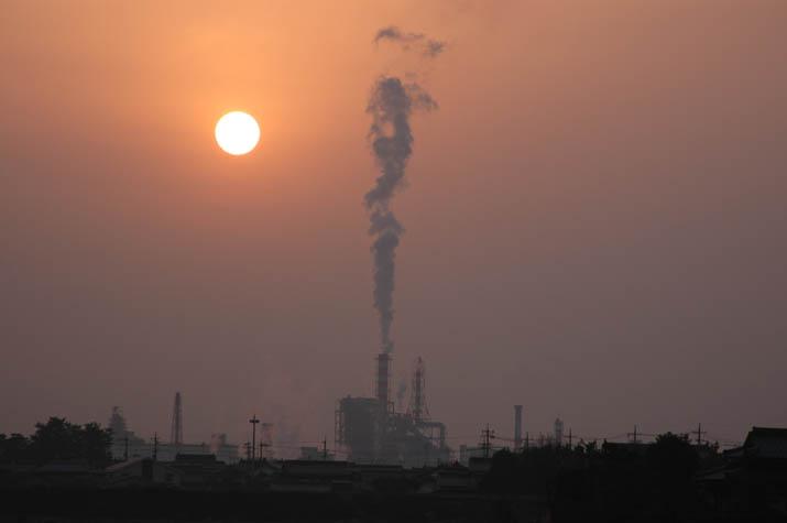 090212 夕焼け空と真っ直ぐ立ち上る王子製紙の煙.jpg