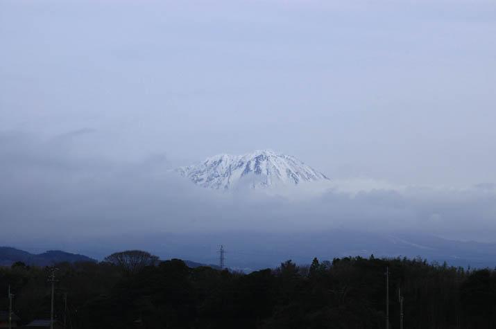 090227 雲から顔を出す大山の山頂.jpg