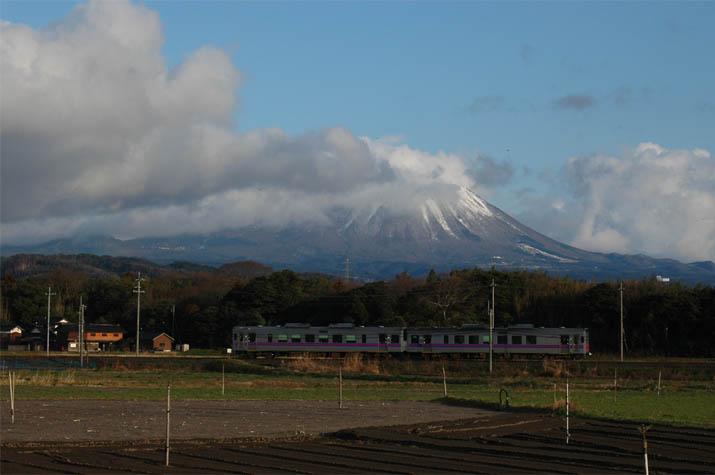 090304 大山と山陰線登り列車.jpg