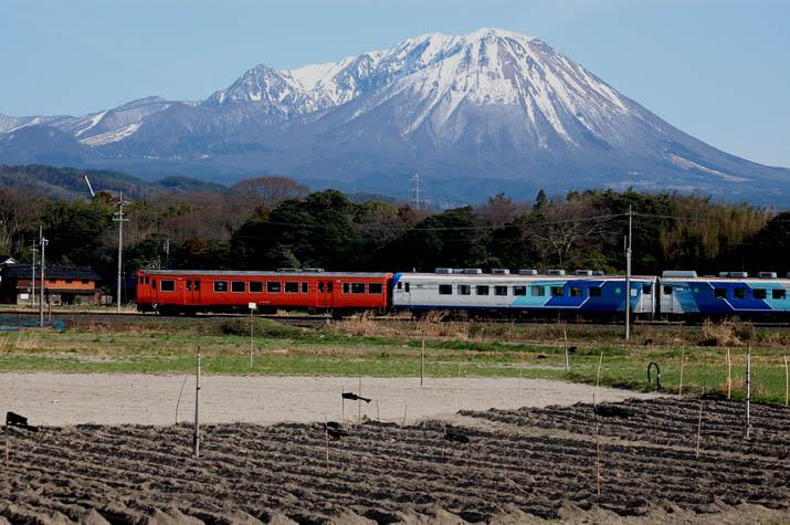 090312 大山と山陰線の列車.jpg