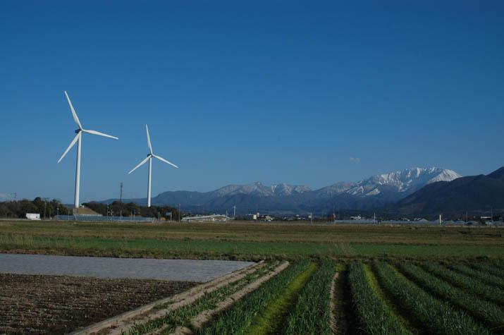 090315 大山町の風車と北壁.jpg