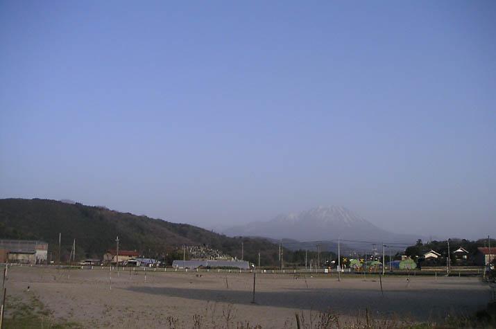 090317 少し黄ばんだ空と霞む大山.jpg