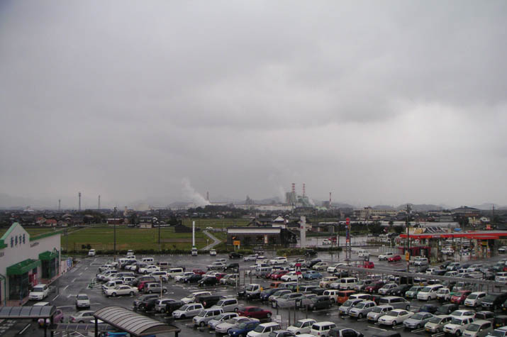 090327 雨の駐車場 ジャスコから.jpg