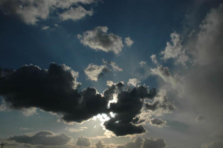 090408 眩しい太陽と雲.jpg