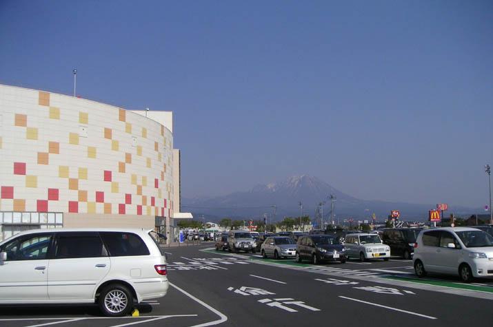 090411 イオンショッピングセンターと大山.jpg