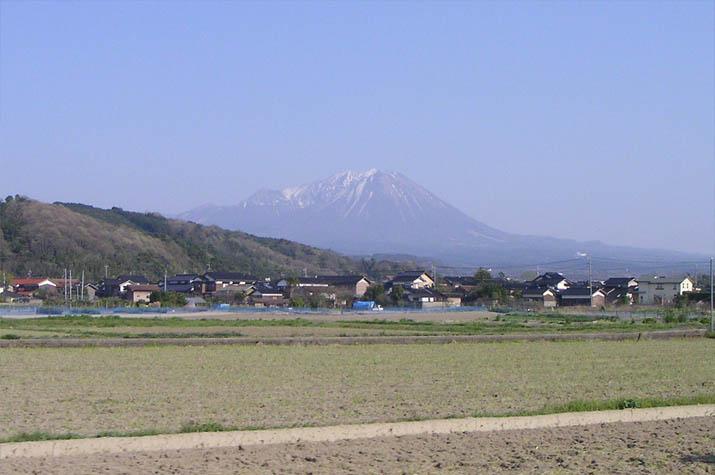 090411 山頂の雪も残り少ない大山.jpg
