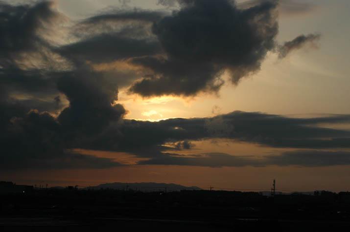 090522 夕日とオレンジ色の雲.jpg