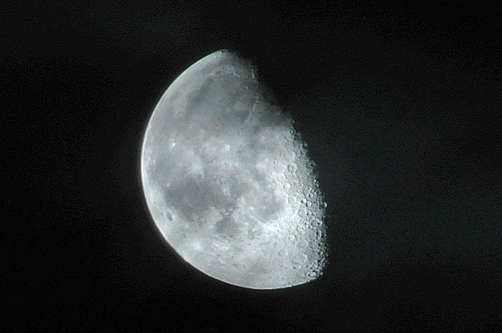 090713 雲の合間に見えた月.jpg