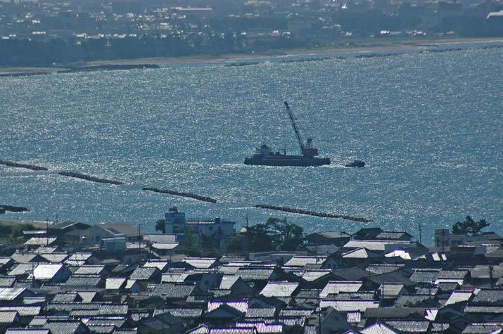 090828 美保湾に浮かぶ何かの作業船.jpg