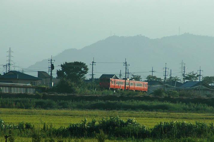 090907 米子駅へ向かう赤い列車.jpg