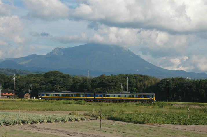 090915 大山と山陰線の列車.jpg