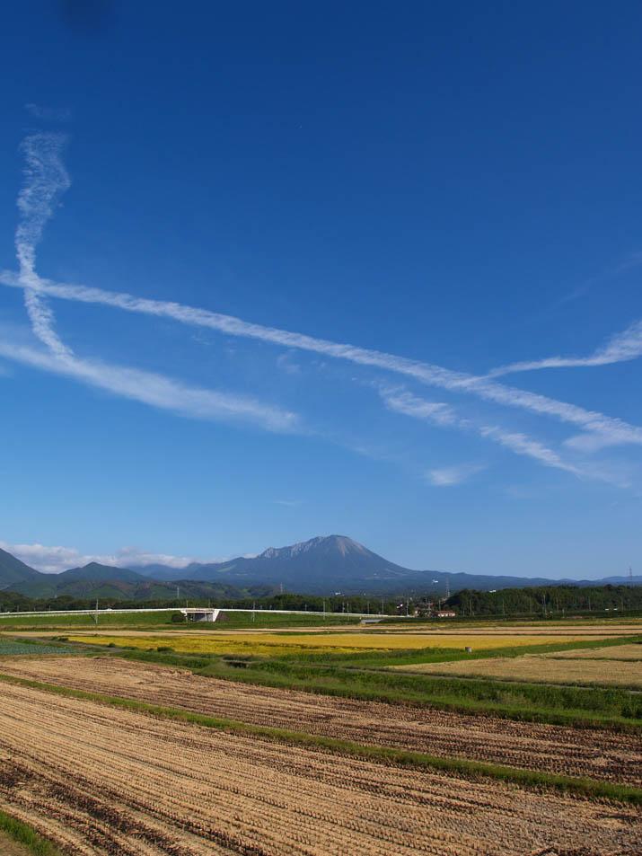 090920 大山と収穫の終わった田と飛行機雲.jpg
