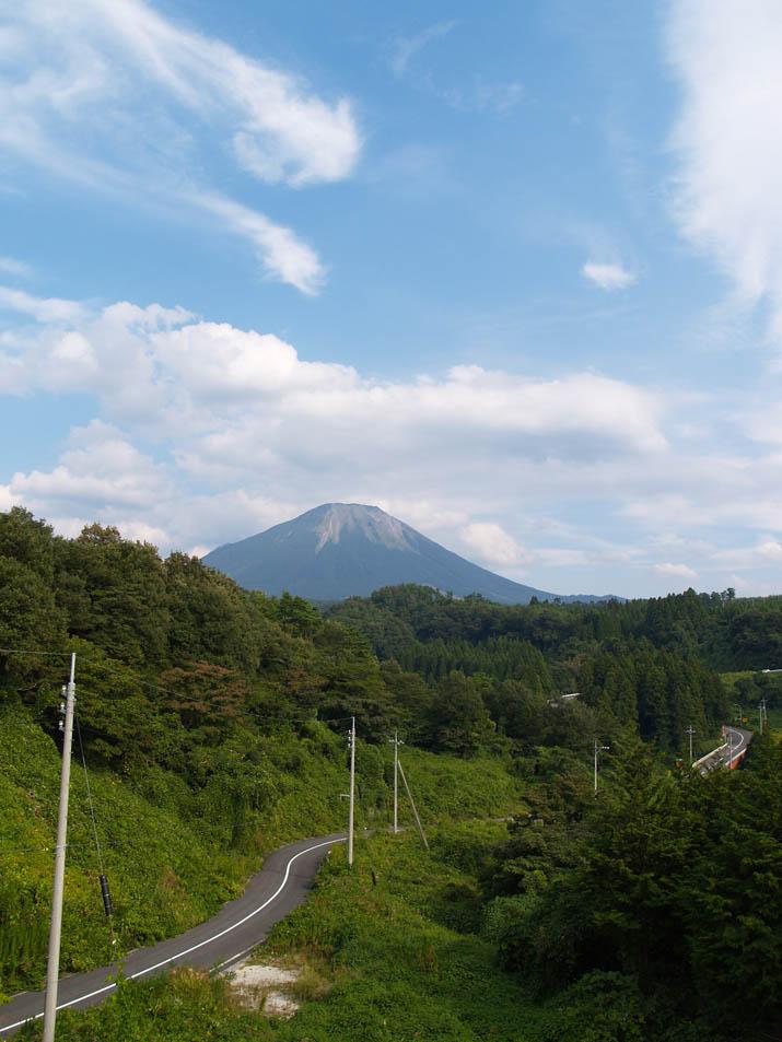 090921 木々の緑と大山.jpg
