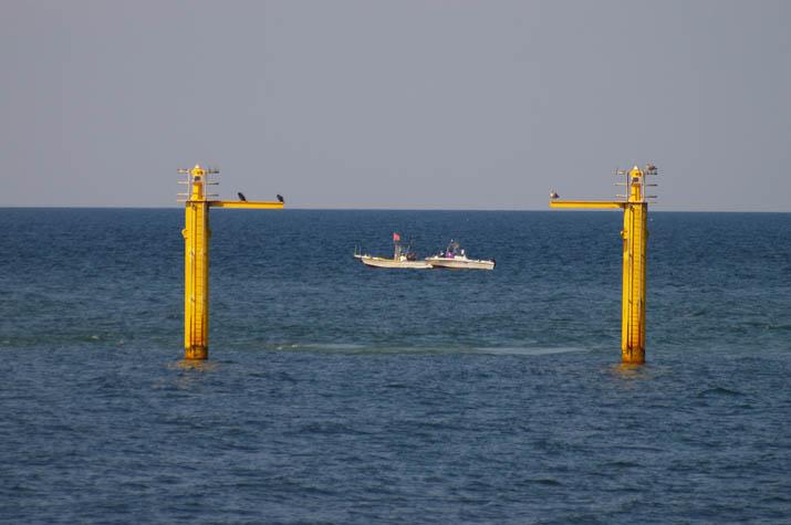 091005 美保湾の釣り船.jpg