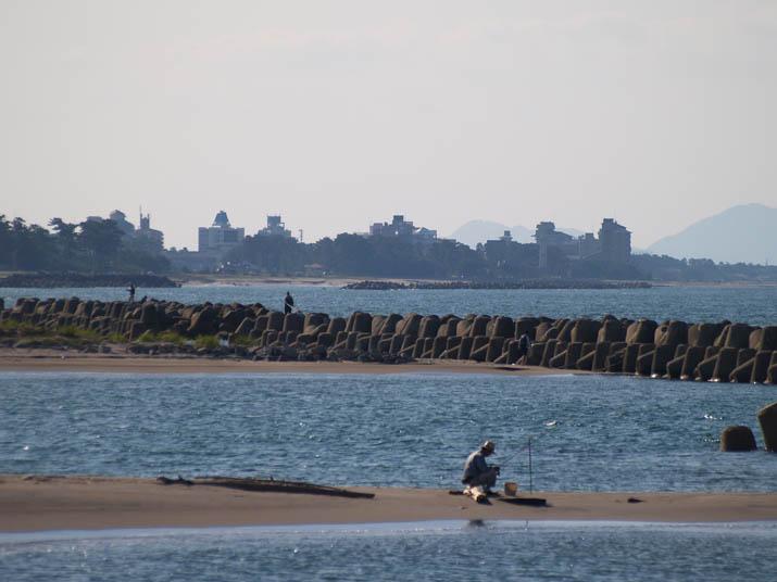 091006 日吉津の海岸で釣りをする人たち.jpg