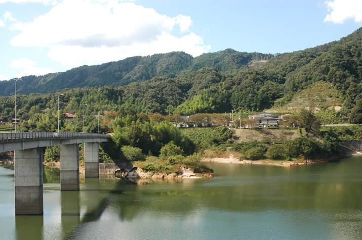 091012 緑水湖を横断する橋と緑水園.jpg