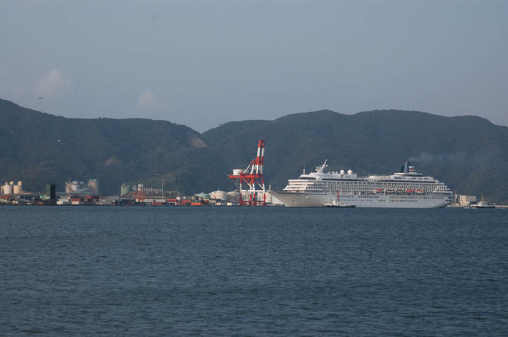 091021 昭和南埠頭と飛鳥2.jpg