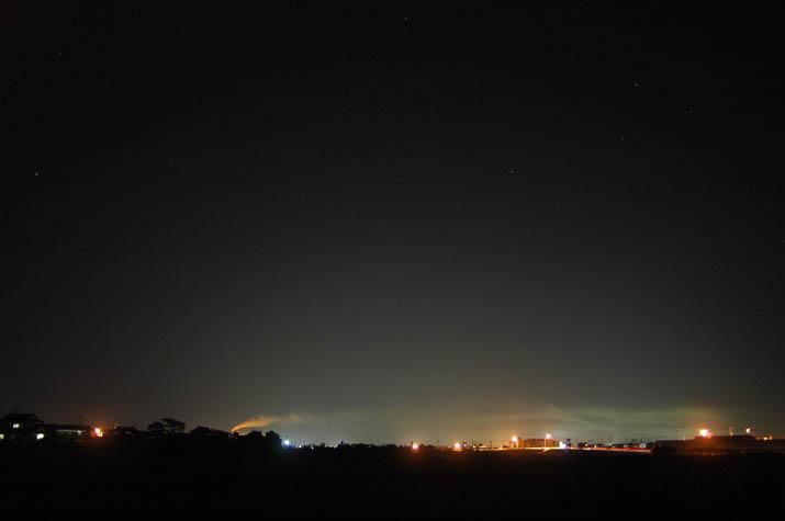 091022 夜景と夜の王子製紙から流れる煙.jpg