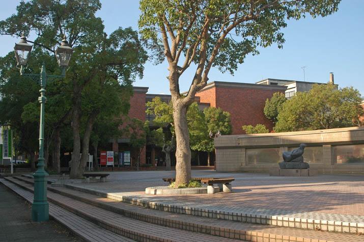 091024 米子美術館と街灯.jpg