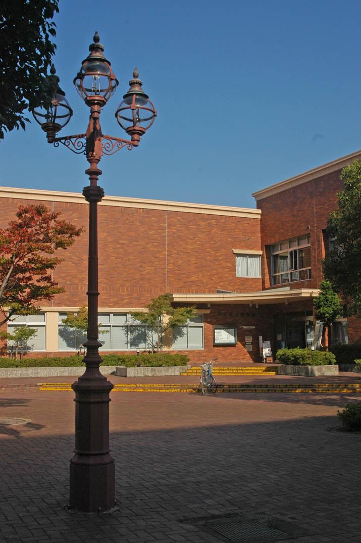 091026 街灯と米子市立図書館.jpg