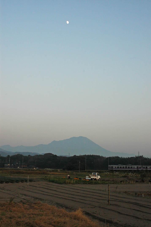 091029 月と大山と山陰線の列車.jpg
