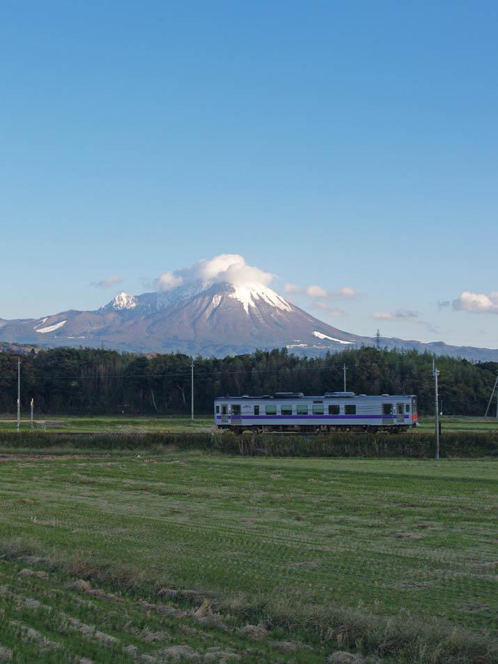 091103 大山の初雪と山陰線の列車.jpg