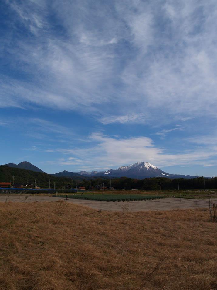 091104 初冠雪の雪が残る大山.jpg