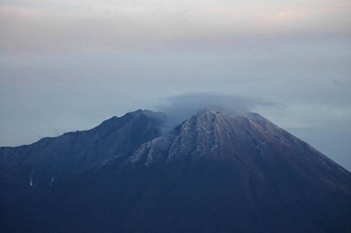 091116 大山山頂部の白い雪.jpg