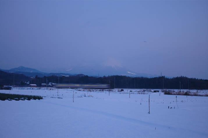 091122 動く山陰線の列車と大山.jpg