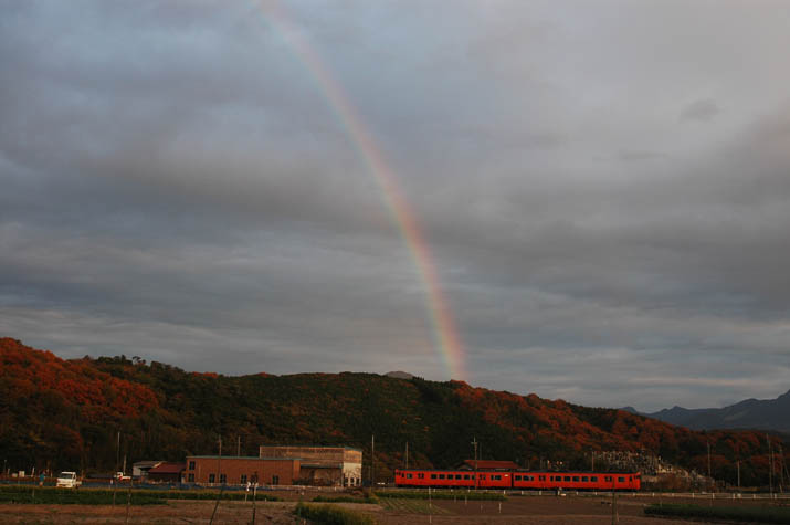091201 壺瓶山の虹と山陰線の列車.jpg