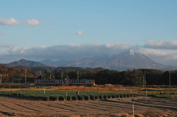091204 山陰線の列車と大山.jpg