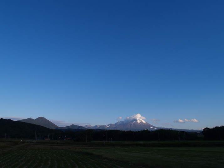 091205 真っ青な空と雪を纏う大山.jpg