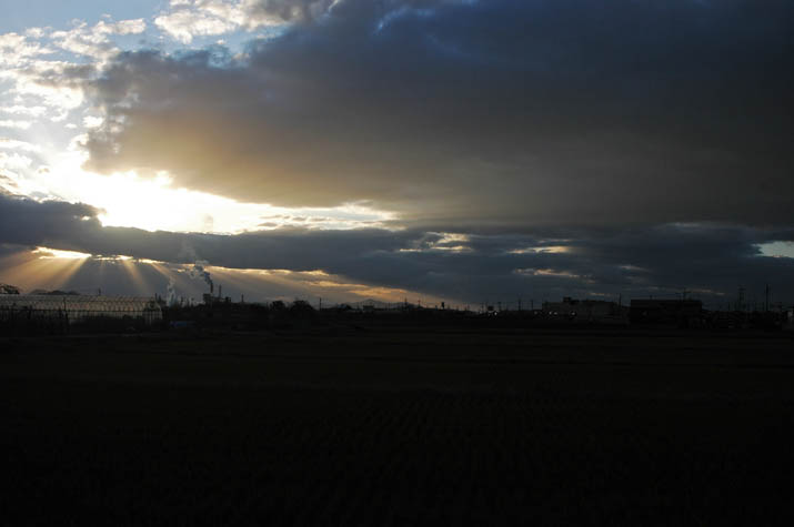 091206 雲間から漏れる夕日.jpg