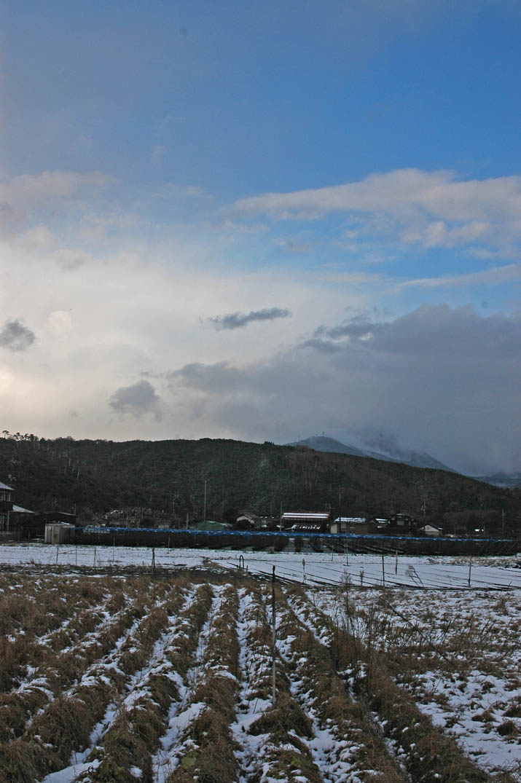 091218 少し溶けた雪と禿げた山.jpg