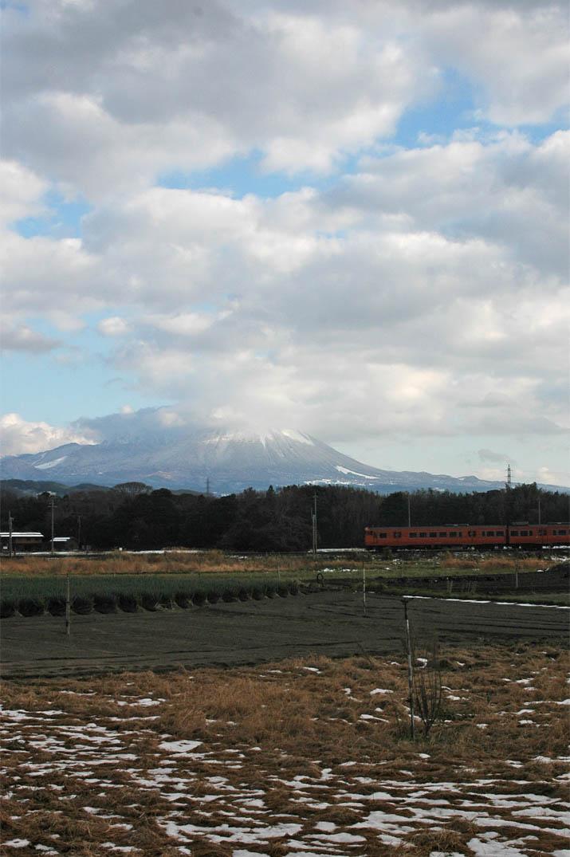091222 雲と雪の大山と山陰線列車.jpg