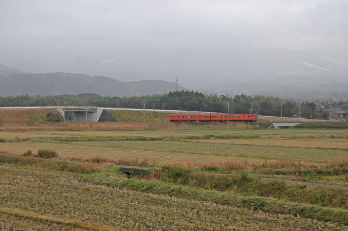 091226 隠れた大山と山陰線鳥取行き普通列車.jpg