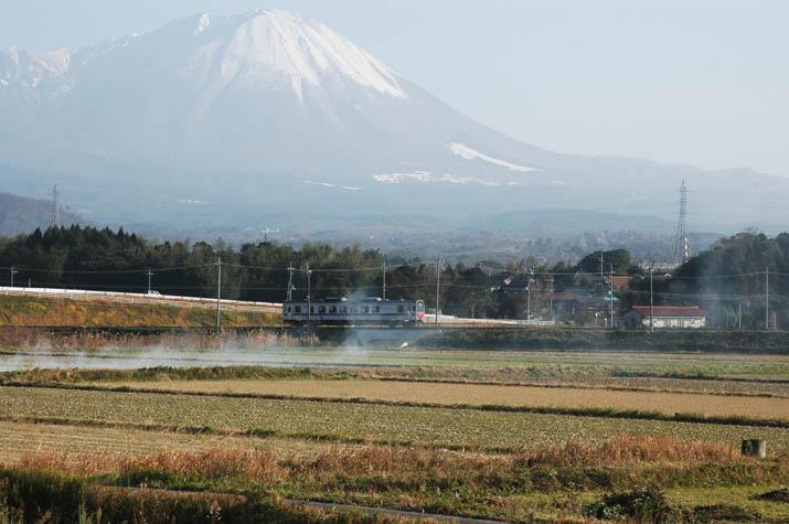 091227 米子行き普通列車と大山.jpg