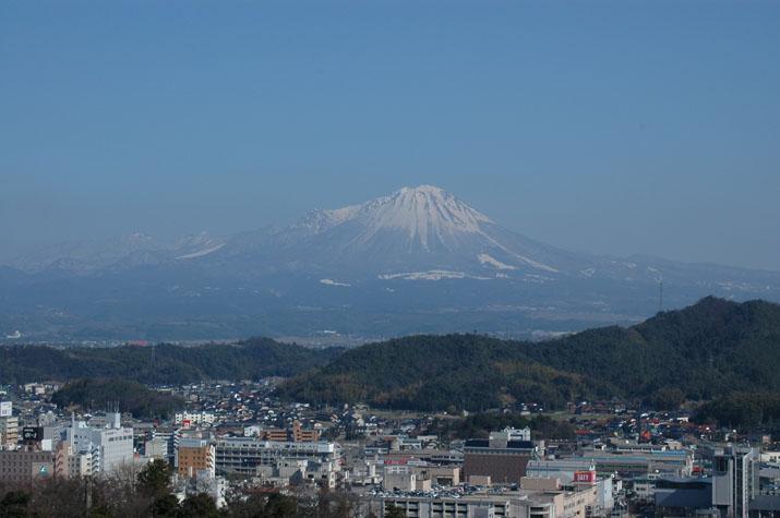 100k_003 山頂に雪を残す春の大山