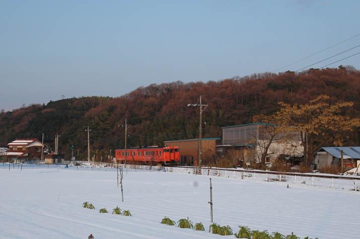 100k_033 上りの列車と雪景色