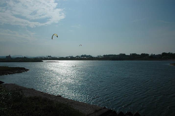 100k_040 日野川でパラサーフィン