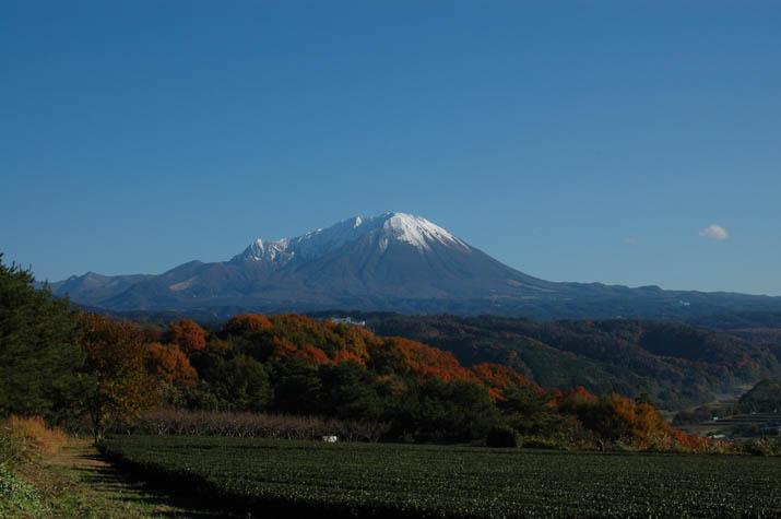 100k_044 紅葉した山々と大山の初雪