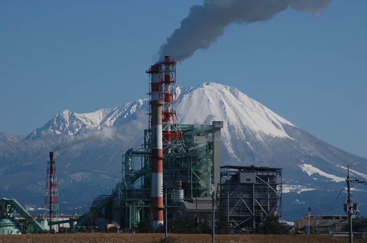 100k_050 王子製紙の煙突と大山