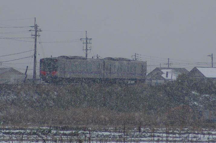 100114 雪と山陰線列車.jpg
