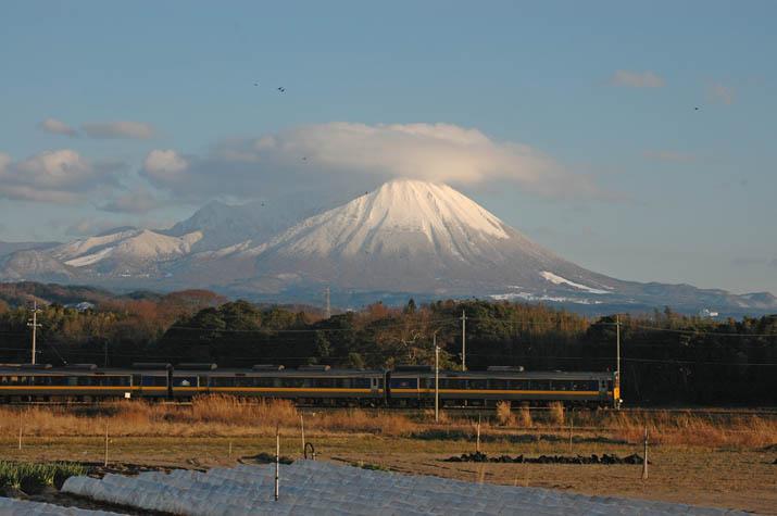 100118 大山と特急列車.jpg