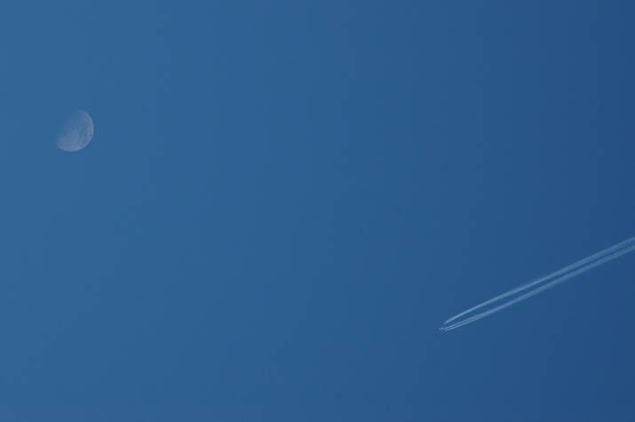 100226 月と飛行機.jpg