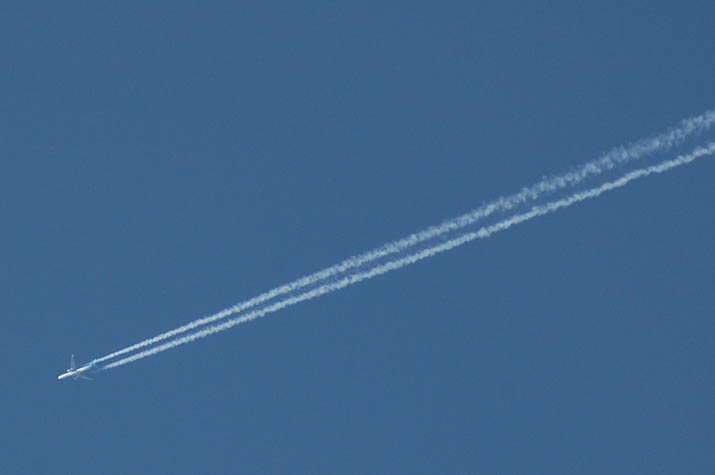 100226 米子上空の飛行機雲.jpg
