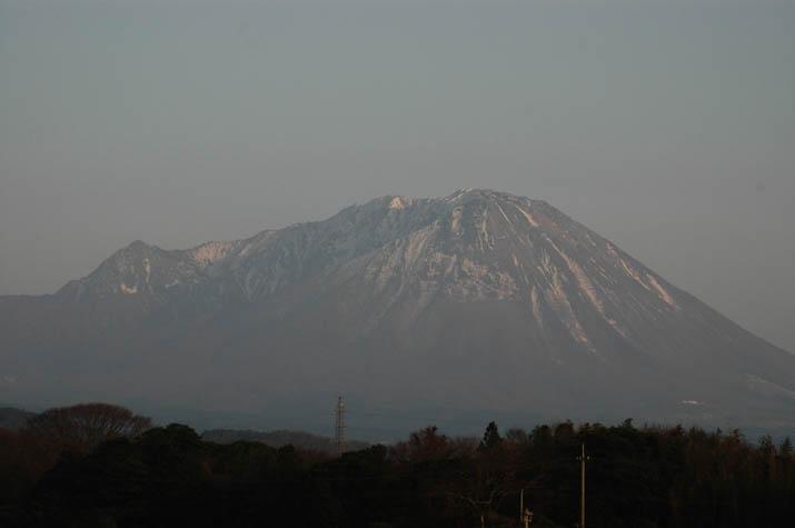 100228 雪解け進む大山.jpg