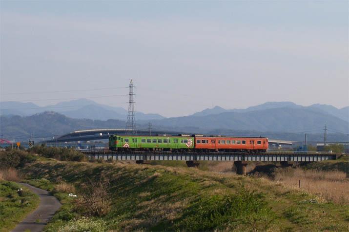 100410 佐陀川鉄橋と普通列車.jpg