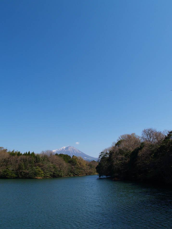 100416 岡成池から見る大山.jpg
